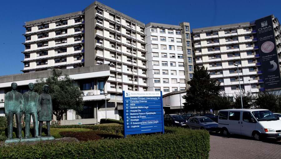 Corpos de pai e filho, de 78 e 55 anos,  foram levados para a morgue do Hospital de Guimarães, onde serão autopsiados