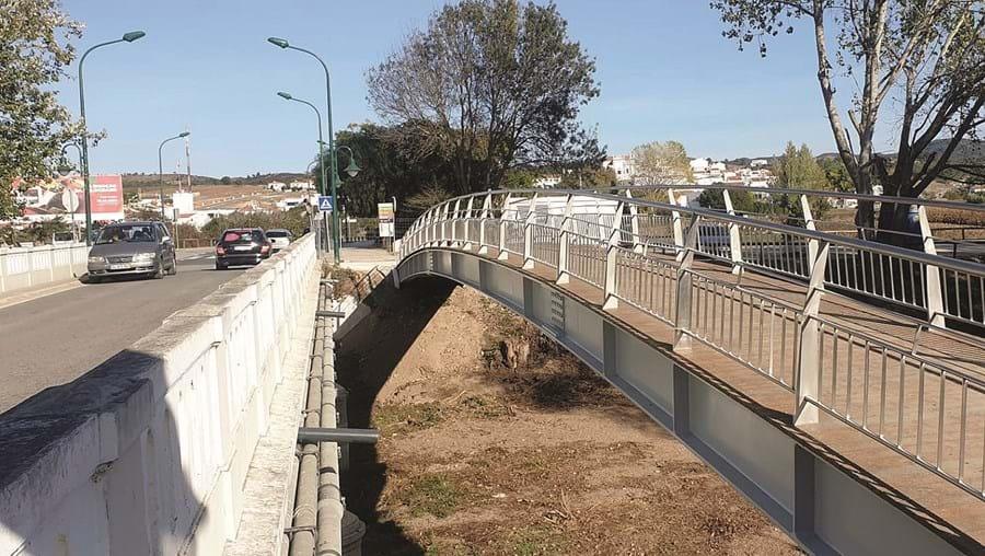 Pontão pedonal sobre a ribeira é agora usado pela população que todos os dias atravessava a ponte viária de Aljezur