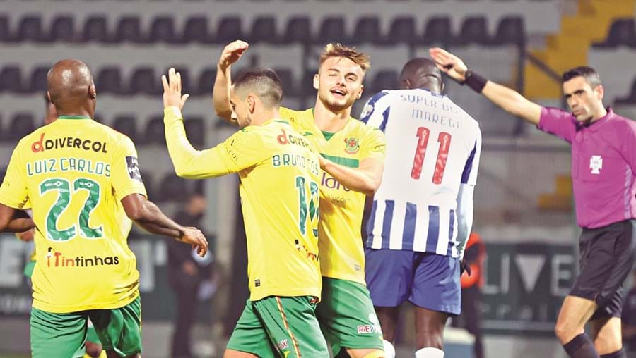 Campeão vulgarizado por um fantástico Paços de Ferreira, que até teve de lidar com o erro claro de arbitragem num golo muito mal anulado aos homens da casa.