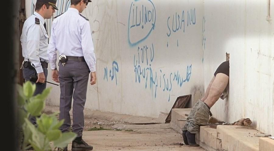 Jovem de 22 anos viu janela de oportunidade, mas não passou no buraco que lhe dava acesso ao Alisuper, em Loulé