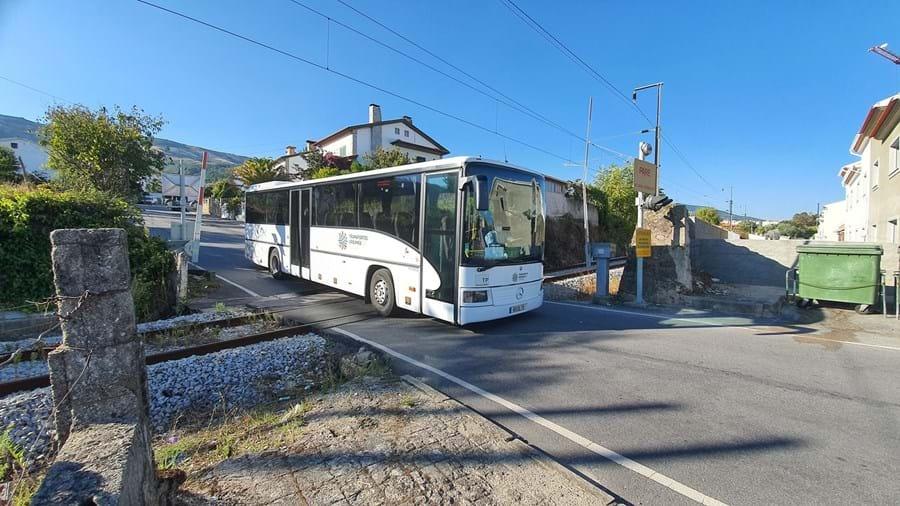 Autocarro avariou quando atravessava a passagem de nível em Boidobra