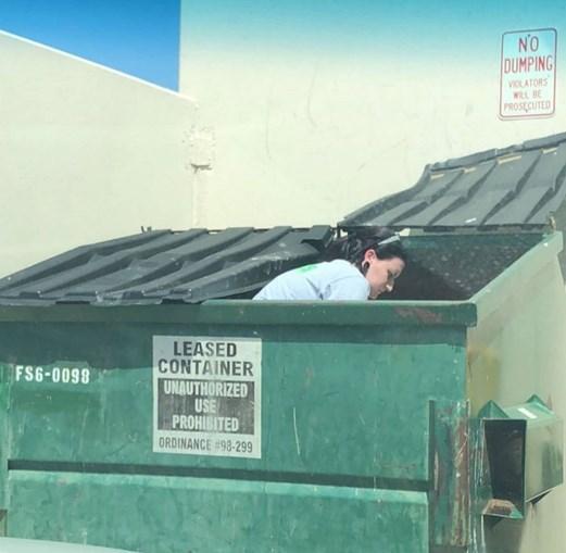 Tiffany Butler ganha dinheiro ao vender produtos recolhidos do lixo