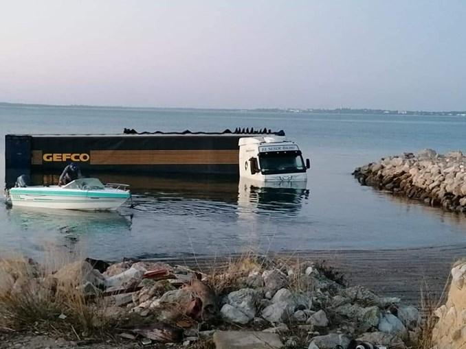 Camião encontrado parcialmente submerso no rio Sado em Setúbal