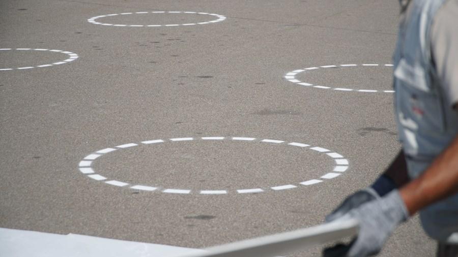 Funcionários do Santuário pintam círculos para ajudar a cumprir distanciamento em Fátima