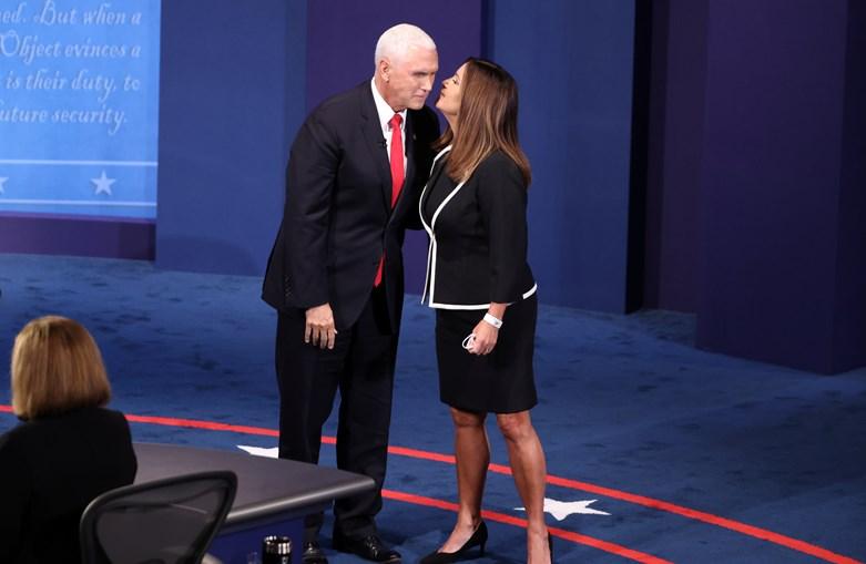 O atual vice-presidente, Mike Pence, com a mulher, Karen Pence, antes do início do debate