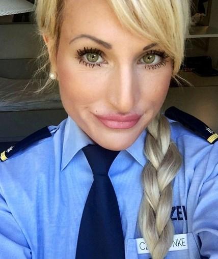 Sarah conciliou carreira como dominatrix e polícia durante sete anos