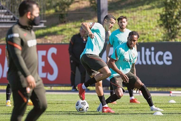 Cristiano Ronaldo e Renato Sanches no treino deste sábado