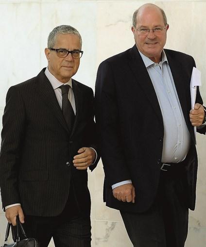 Vítor Sousa, acompanhado, à esq., pelo advogado Artur Marques