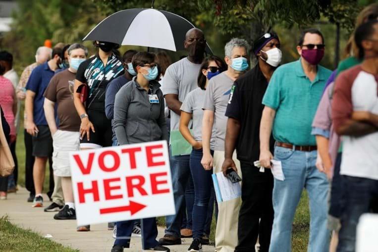 Longas filas para votar no primeiro dia de voto presencial antecipado em Durham, no estado da Carolina do Norte