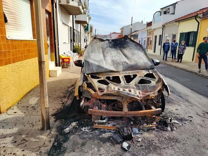 Carro totalmente consumido pelas chamas em Espinho