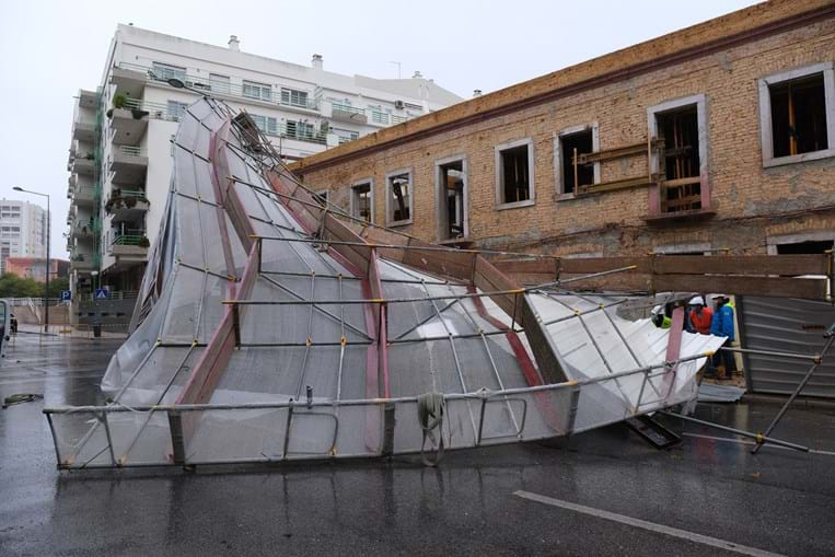 Andaime de obras caiu devido ao mau tempo em Setúbal
