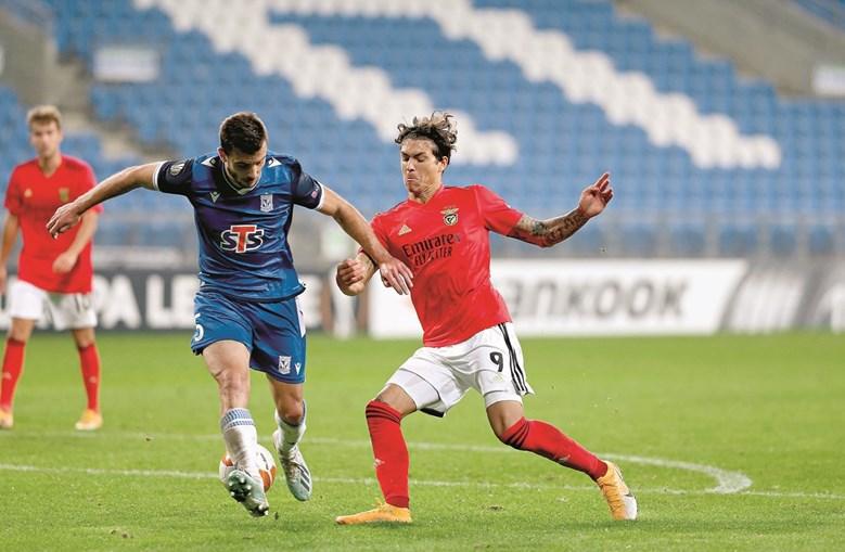 Darwin fez um túnel ao defesa polaco e rematou para golo, o terceiro do Benfica e o segundo da sua conta pessoal