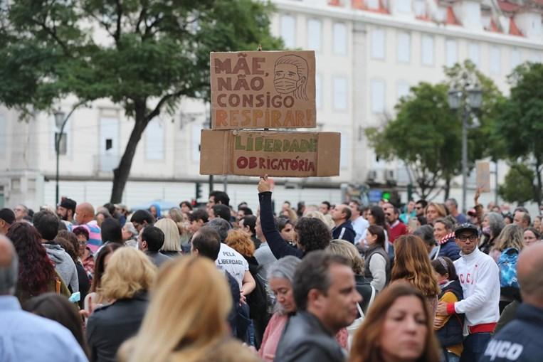 Mil portugueses manifestam-se contra o uso de máscara, no Rossio em Lisboa