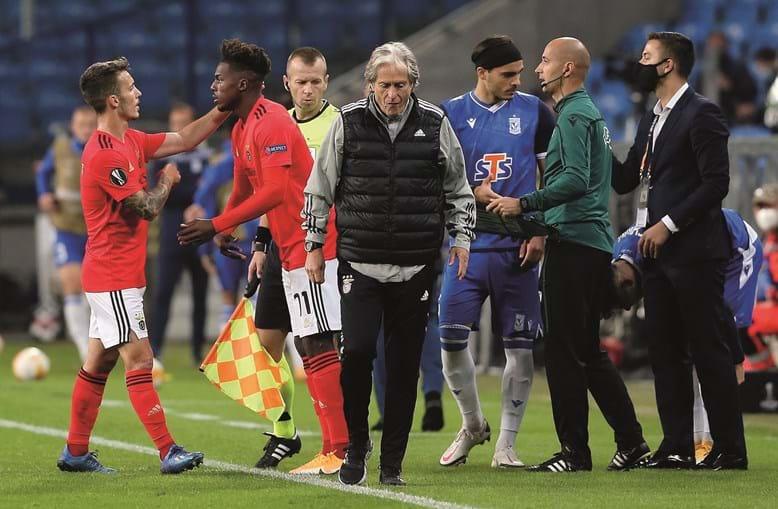 Jorge Jesus trocou Grimaldo por Nuno Tavares no  decorrer do último jogo, frente ao Lech Poznan, na Liga Europa