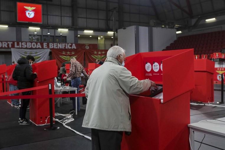Centenas de pessoas continuam em filas para votar nas eleições do Benfica