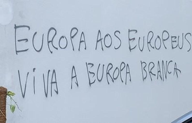 Parede da Universidade Católica de Lisboa com frases racistas