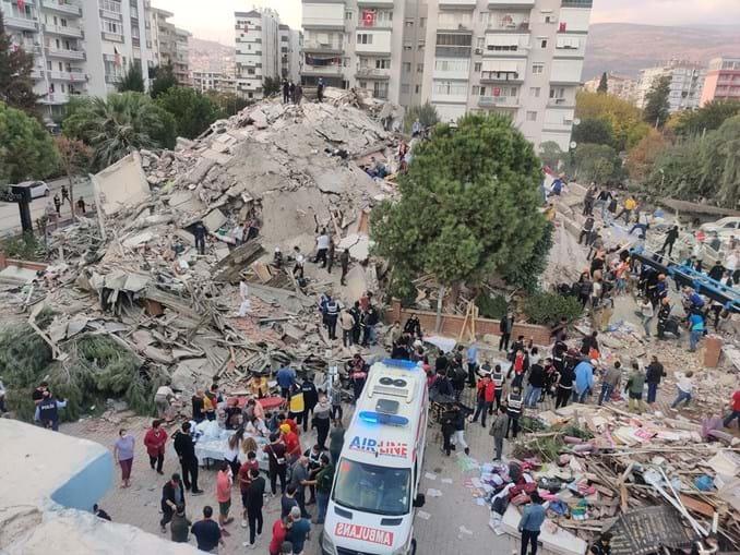 Equipas de socorro procuram sobreviventes num edifício derrubado pelo sismo na cidade turca de Esmirna