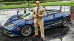 Ator Dwayne Johnson não cabe dentro do Porsche Taycan mas tem garagem automóvel de 6 milhões de euros