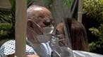 Amor em tempos de pandemia: Casal celebra 50 anos de casamento separado por cortina de plástico. Veja as imagens