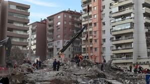 Pelo menos 100 mortos em sismo na Turquia. Uma criança foi resgatada dos escombros