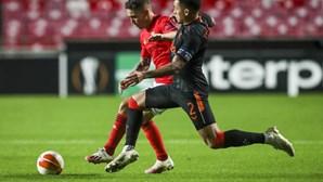 Benfica empata com Rangers com menos um jogador