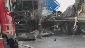 Camião a arder no IC3 corta circulação na saída para Alcochete, sentido Alcochete-Ponte Vasco da Gama