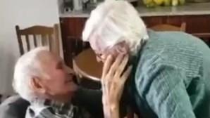 Afetos e lágrimas: Casal de idosos reencontra-se em lar na Guarda, após um mês separado devido à Covid-19