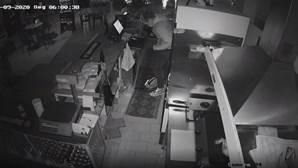 Jovem assalta bar na Madeira e é apanhado pelas câmaras de vigilância. Veja as imagens