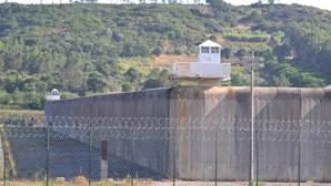 Motim de presos ao jantar na cadeia de Vale de Judeus para defender castigado