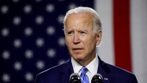 Presidente eleito dos EUA, Joe Biden, examinado após torcer pé a brincar com o cão