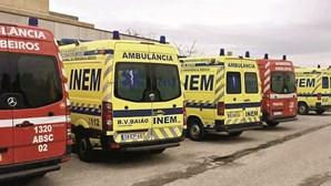 """Macas retidas, mortes nas ambulâncias e horas de espera: Liga dos Bombeiros denuncia """"problemas gravíssimos"""" nos hospitais"""