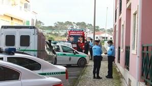 Forte aparato policial à porta da casa onde mulher grávida e pai foram mortos em Torres Vedras