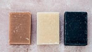 Jovens transformam toneladas de óleo alimentar usado em sabão e detergente