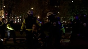 Uma pessoa esfaqueada durante confrontos entre apoiantes e opositores de Trump