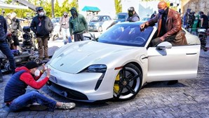 Dwayne Johnson não cabe em Porsche Taycan e obriga a interrupção nas filmagens de nova série