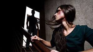 Mulher foge de marido agressor com filho de quatro anos