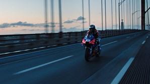 Miguel Oliveira fecha Ponte 25 de Abril em Lisboa e acelera em cima da sua KTM