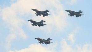 Caça F16 com piloto de 44 anos desaparece do radar dois minutos após descolar
