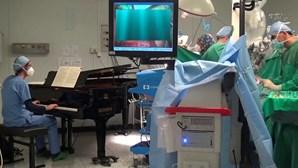 Menino de 10 anos operado enquanto tocam piano no bloco operatório