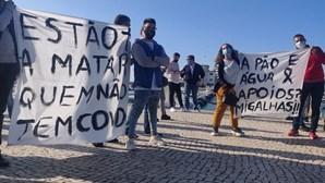"""""""Estão a matar quem não tem Covid"""": Dezenas de pessoas protestam pela cultura em Faro"""
