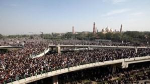Milhares nas ruas do Paquistão para homenagear fundador de partido islâmico radical. Veja as imagens