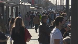 Milhares de pessoas passeiam nas ruas de Espinho antes do recolher obrigatório. Veja as imagens