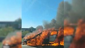 Carro totalmente tomado pelas chamas em Albufeira. Veja as imagens