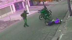 Polícia de moto travado por assaltantes surpreende ladrões após sacar de arma