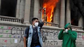 Manifestantes invadem e incendeiam Congresso na Guatemala