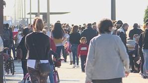 Centenas de pessoas passearam à beira-mar em Espinho antes do recolher obrigatório