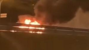 Carro consumido pelas chamas no IC17 em Lisboa