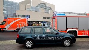 Carro com inscrições anti-globalização embate no portão do escritório de Merkel