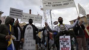 Centenas juntam-se em protesto em frente à Assembleia da República contra medidas restritivas para a restauração