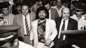 Receção apoteótica de Maradona em Portugal e o momento do craque com a camisola do Sporting. Veja as imagens
